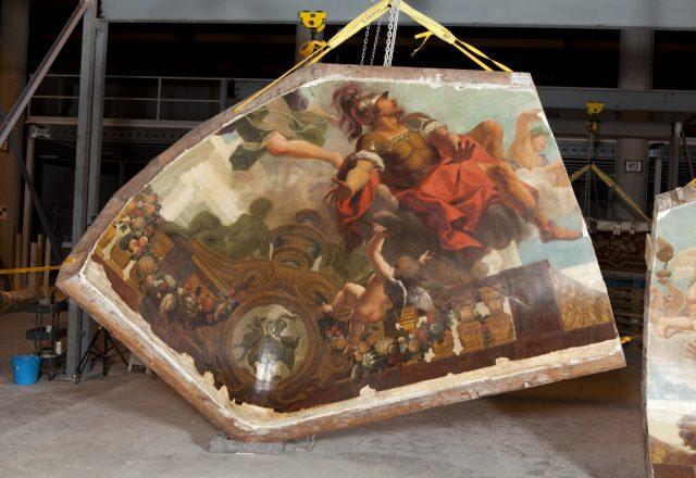 Après restauration d'un fragment du plafond peint par Coypel / © Matthieu Lombard