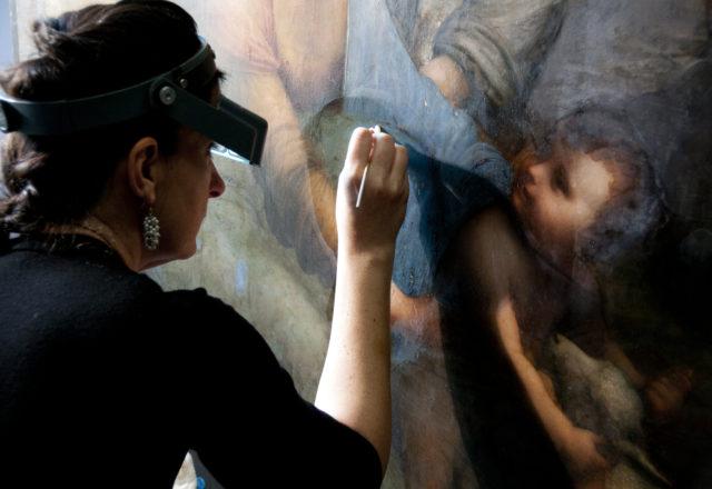 Cinzia Pasquali en train de restaurer La Vierge, l'Enfant Jésus et Sainte Anne de Léonard da Vinci / ©Arcanes